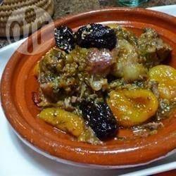 Ziegenfleisch Tajine - Ziegenfleisch mit marokkanischem Touch: das Fleisch wird mit Backpflaumen und eingelegten Zitronen gegart. Also Beilage kann man Couscous reichen oder nach der Hälfte der Garzeit einige gewürfelte Kartoffeln dazugeben.@ de.allrecipes.com