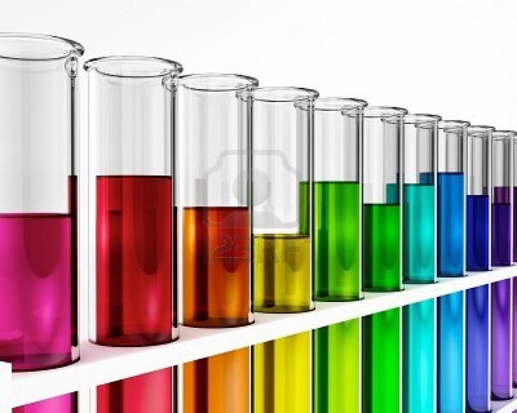 Tubos de ensayo - colorido - arco iris - químicos - prueba - estudios Foto de archivo
