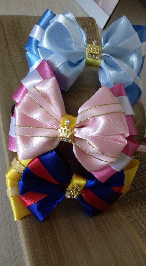 Tiara forrada, confeccionada com fita cetim. Laço cores das Princesas Aurora…