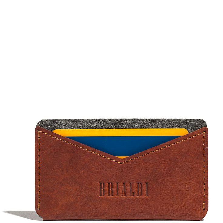 Держатель для пластиковых и банковских карт BRIALDI Cefalu (Чефалу) red         Компактный и очень удобный держатель для пластиковых и визитных карт. Создан из натуральных материалов: шорно-седельной кожи и шерстяного войлока (3мм). Кошелек имеет два кармашка, разделенных на две части войлоком для лучшей организации. Каждый кармашек вмещает в себя от 5 до 8 карт. В этот удобный кошелек можно положить несколько купюр и иные мелочи, сопровождающие Вас в течение дня. Приятные тактильные…