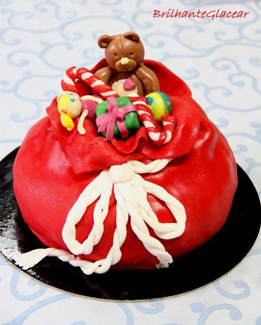 O SACO DO PAI NATAL - Este bolo foi feito com uma receita de bolo de laranja e uma receita de bolo de chocolate. O recheio é de doce de ovos e a cobertura é com pasta de açúcar.