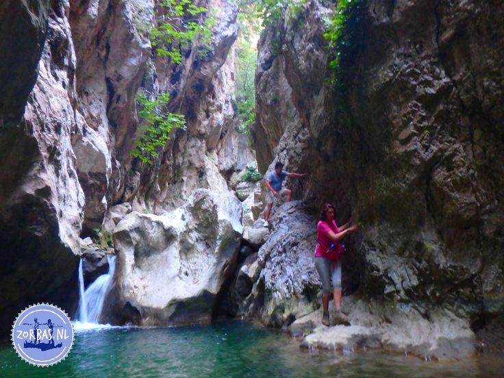 Avontuurlijk wandelen in Griekenland: Het is vandaag officieel de eerste dag van de zomer in Europa en de temperatuur is er ook naar. Een perfecte dag voor een avontuurlijke wandeling op Kreta met wat water voor afkoeling. Het eiland heeft vele kloven waar fris water doorheen stroomt; in deze tijd van het jaar het laatste