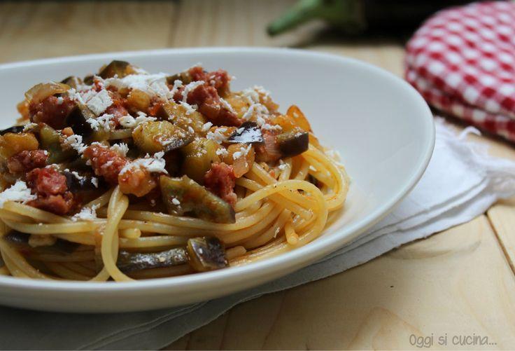 Spaghetti con salsiccia, melanzane e cacioricotta