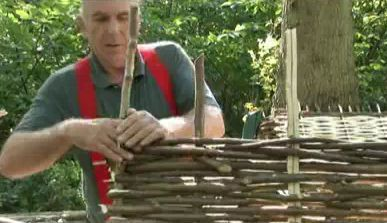 How To Make A Hurdle Fence - http://www.ecosnippets.com/diy/how-to-make-a-hurdle-fence/