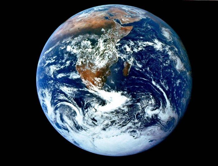 Uma das imagens mais famosas do mundo é um retrato do nosso próprio planeta. Batizada de 'bola de gude azul', a icônica foto da Terra foi feita pelo trio da Apollo 17 - Eugene A. Cernan, Ronald E. Evans e Harrison H. Schmidt - a caminho da Lua, em 6 de dezembro de 1972. Essa foi a primeira vez que uma missão Apollo conseguiu registrar a calota polar, pois, naquele ano, a Nasa (Agência Espacial Norte-Americana) alterou a trajetória da espaçonave