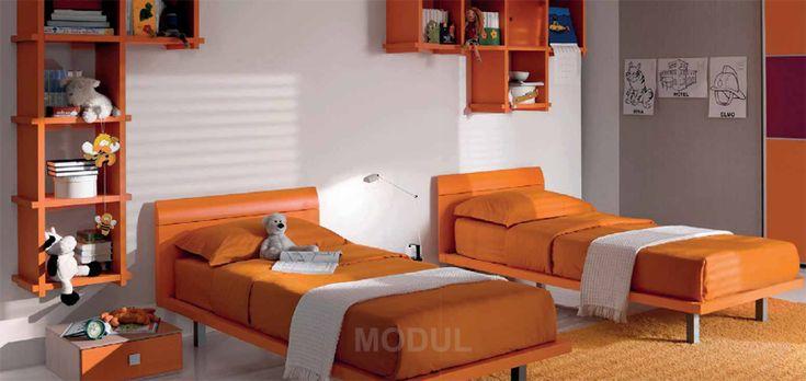 Спальня для двух подростков в апельсиновых тонах Mariani PLUS07. Яркий оранжевый цвет притягивает к себе взгляды и создает теплую атмосферу уюта и комфорта. Две удобные кровати подарят сладкие ночные сновидения, благодаря удобным стеллажам каждая вещь теперь найдет свое место, вместительный шкаф-купе будет бережно хранить одежду, а за письменным столом найдется место для двоих детей!
