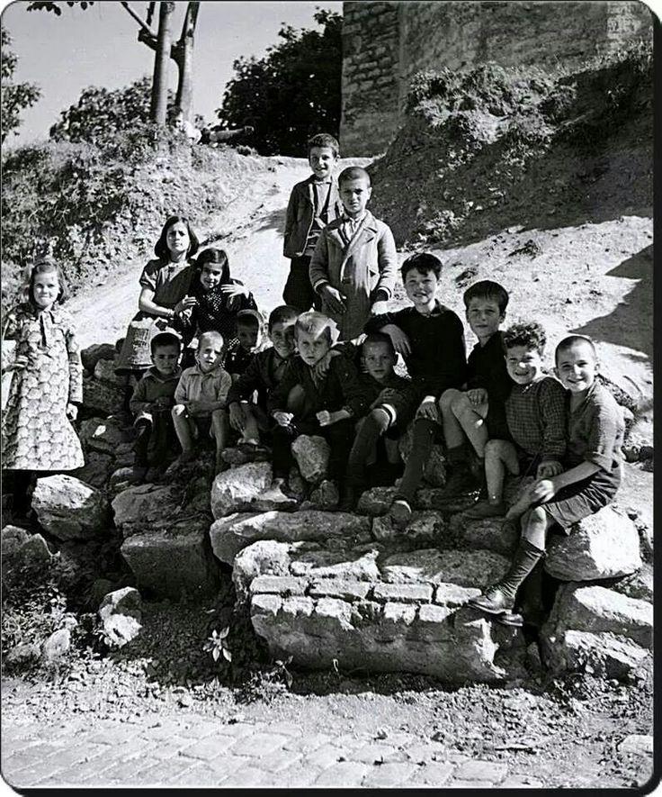 İstanbul çocukları - A large group of children in front of a wallF: Nicholas V. Artamonoff, 1937  #istanlook
