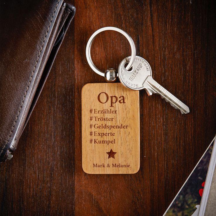 Ein Kompliment für den Großvater, das er mit sich herumtagen kannt? Unser Hashtag - Schlüsselanhänger für Opa - Personalisiert ist eine tolle Art, den Großvater immer daran zu erinnern, was ihn ausmacht.