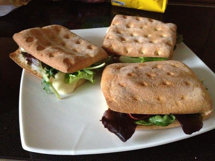 Boncibus - Rezept - Schnelles Focaccia Sandwich http://boncibus.com/de/recipe/vorspeise/schnelles-focaccia-sandwich-447 #glutenfrei #Sandwich #Focaccia #Rohschinken #Mozzarella