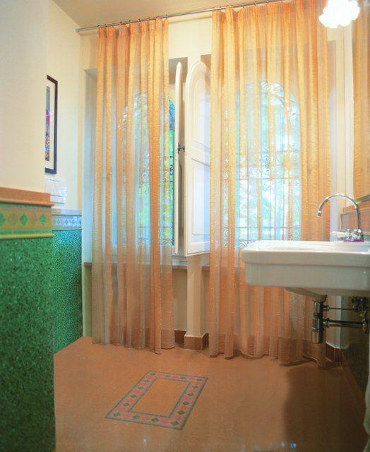 Pavimento art. 102 giallo e bordura b28. Rivestimento boiserie art. s77 verde, doppio listello L10 art. 102 giallo , bordura b28. #bagno #multicolor #colors #decorigeometrici #tiling #terrazzotile #bathroom #detail #graniglia #pavimento #artigianato #handmade #decoration #creative #bespoke #madeinitaly #interiordesign #floors #floortile