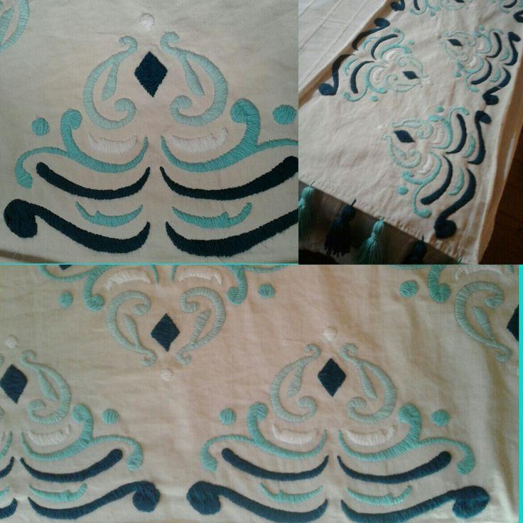 Pie de cama bordado a mano. Blanco, celeste, turquesa y azul petroleo.