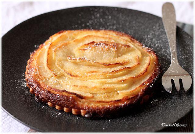 Attention cette tartelette est une pure merveille...avec sa pâte feuilletée croustillante, sa délicate crème d'amande et ses pommes fondantes caramélisées, cette petite tarte vous régalera à coup sûr ! Vous pourrez en faire un excellent dessert en fin...