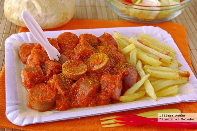 CURRYWURST 1 cebolla, 2 ajo, 500 g tomate, 2 cuch de azúcar, 4 cuch puré de manzana, 1 ita de vinagre, 2 ita de mostaza, 2 cuch curry, 1/2 ita sal, pimienta, oliva, 8 Bratwurst. Picar la cebolla y el ajo. sofreír>+l tomate+ azúcar,3´ +puré y vinagre+la mostaza + curry. Salpimentar y mezclar. Dejar cocinar a fuego suave hasta que reduzca y espese.Triturar Dorar las salchichas http://www.directoalpaladar.com/recetas-de-carnes-y-aves/como-hacer-currywurst-en-casa-receta-tipica-alemana