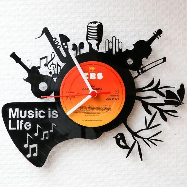 Funky Wohnaccessoire: Schallplattenuhr für Musikliebhaber / funky home decor: venyl wall clock for music lovers made by Gravurzeile via DaWanda.com