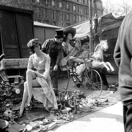 Adolfo Kaminsky - Puces à la ferraille, mannequins et manège, Paris, 1955