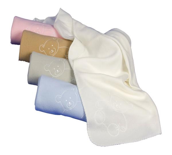 En Tiernacos, que amamos lo personalizado, no podíamos de ofreceros una manta personalizada como esta. Una manta muy suave, disponible en dos colores (rosa y azul), ideal tanto para carro como para cuna. Cómo se puede ver en la imagen, esta manta personalizada lleva un osito bordado. El nombre del peque se bordará  donde nos indiqueís. Las mantas personalizadas de Tiernacos te encantarán.