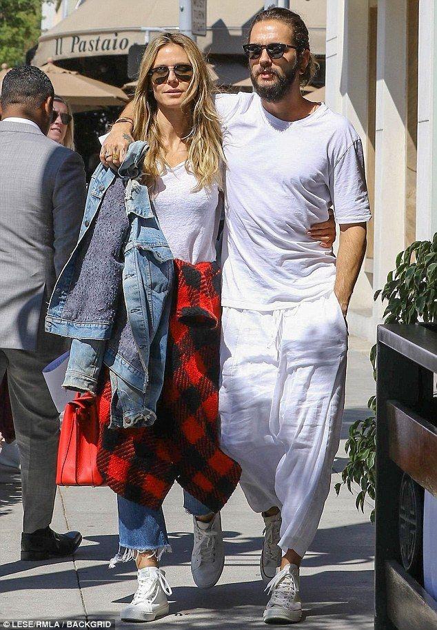 Heidi Klum Looks Smitten As She Kisses Boyfriend Tom Kaulitz Heidi Klum Heidi Klum Style Tom Kaulitz
