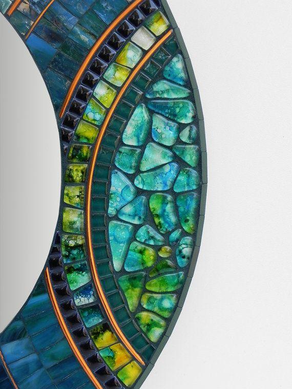 Mozaïek spiegel frame 48cm meten / ~ 18,8 in diameter. Spiegel binnen 30cm / ~ 11,8  Gemaakt met gekleurd glas, handgemaakte tegels, glazen tegels, geglazuurde porseleinen keramische tegels, verf, mixed media, metalen draad op MDF.  Laat deze spiegel fleuren je op elke plek met een unieke touch!  Hebt u vragen over dit object of een ander item in mijn winkel, please convo me.