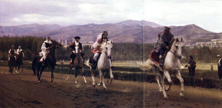 Киргизские джигиты и девушки перед началом соревнований