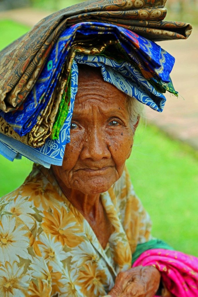 The Balinese Woman who I still think about 5 months later at KlungKung Palace