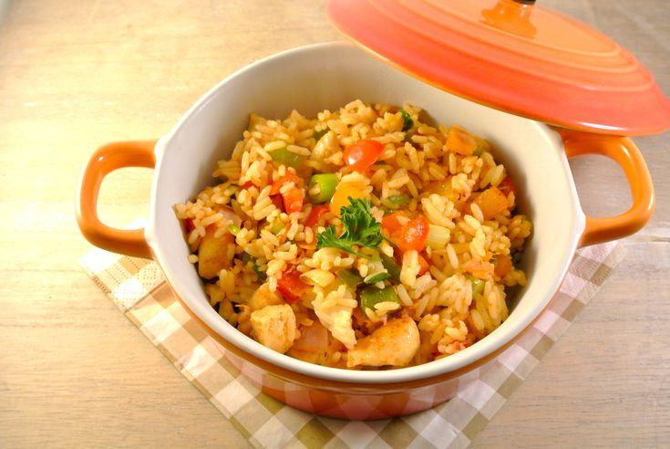 Een lekkere en simpele variant van de Jambalaya, rijstgerecht uit Louisiana. Dit gerecht bevat onder andere paprika, kip, ham, salami en ui. Maak het jezelf lekker gemakkelijk door kant-en-klare rijst te gebruiken, hierdoor is het gerecht binnen een hand omdraai klaar! Tijd: 25 min. Recept voor 2 personen Benodigdheden: 1/3 rode paprika, 1/3 gele paprika,...Lees Meer »