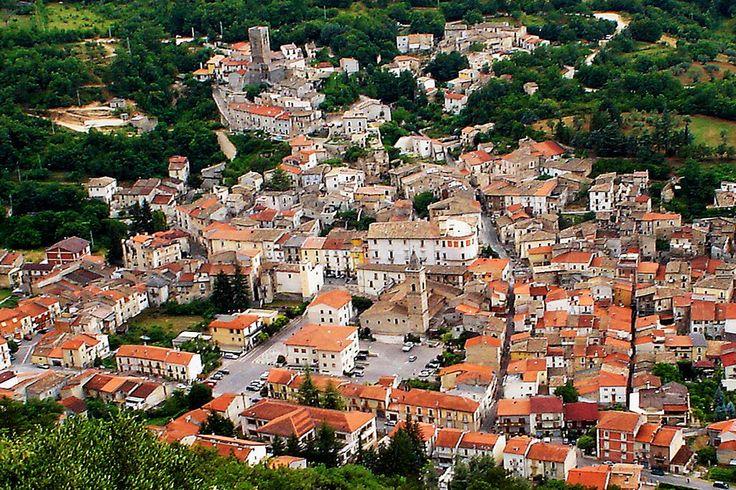 Situato nella Valle Peligna ed immerso nel verde, il borgo di Introdacqua vanta origini medievali ed è così chiamato perché sorge tre due fiumi.