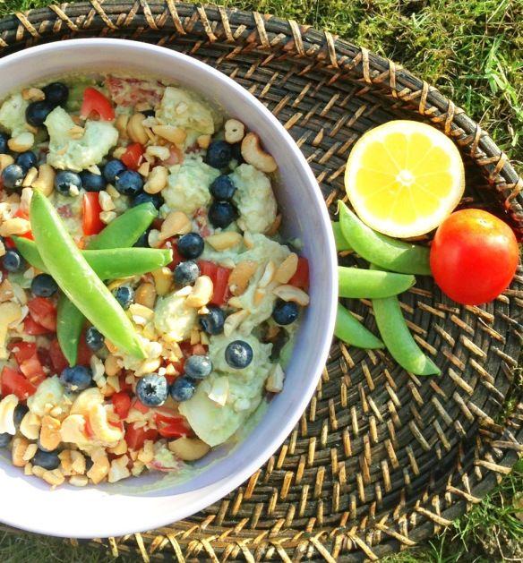 Guacamole salat: 1 blomkål 4 tomater 3 dl skyr 3 avokadoer karry 1 hvidløg soja og peber lille pose cashewnødder  1 bakke blåbær
