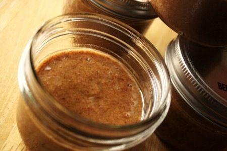 Beurre d amandes à l érable    2 tasses d'amandes natures (non-rôties)  4 c. à soupe de sirop d'érable, divisé  1/4 de c. à thé de sel  1 c. à thé de cannelle  1 c. à soupe d'huile de canola (ou huile de noix)