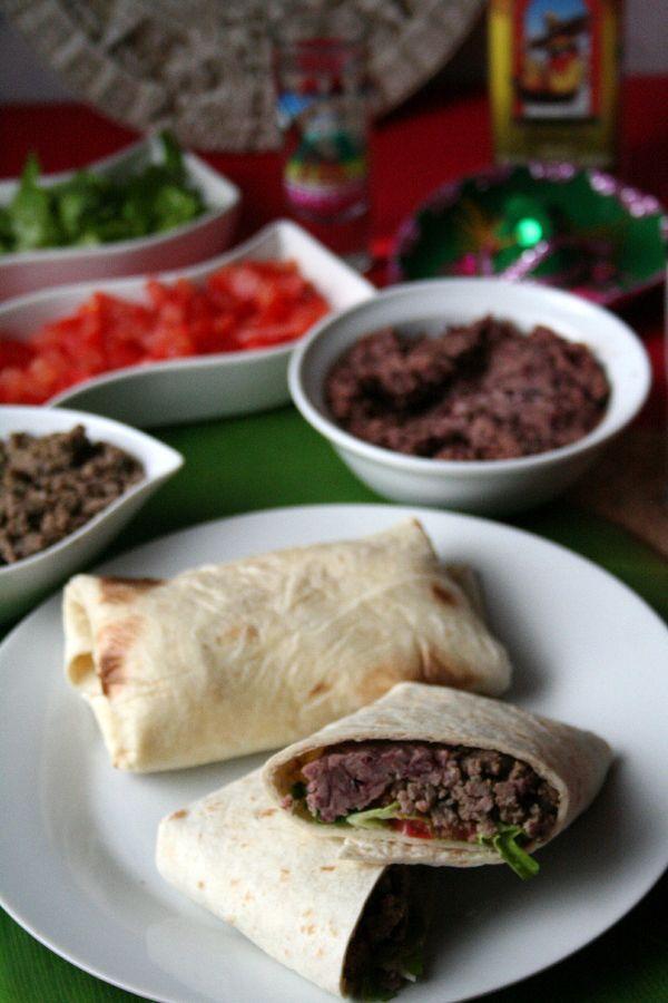 La version mexicaine authentique des burritos consiste en une tortilla garnie de boeuf haché ou effiloché et de frijoles refritos (haricots frits)