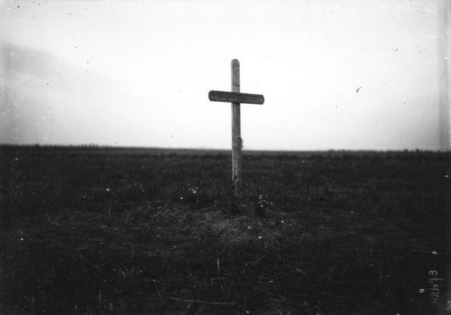 1914- Tombe d'un officier à Varreddes (Seine-et-Marne, tombe en plein champ) : photographie de presse / Agence Rol