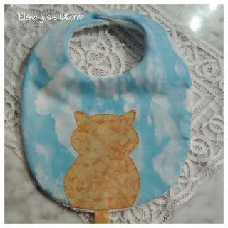 Babero personalizado con aplicación patchwork bordado a mano, y cola sujeta chupete, realizado por https://elenaysuslabores.blogspot.com.es/