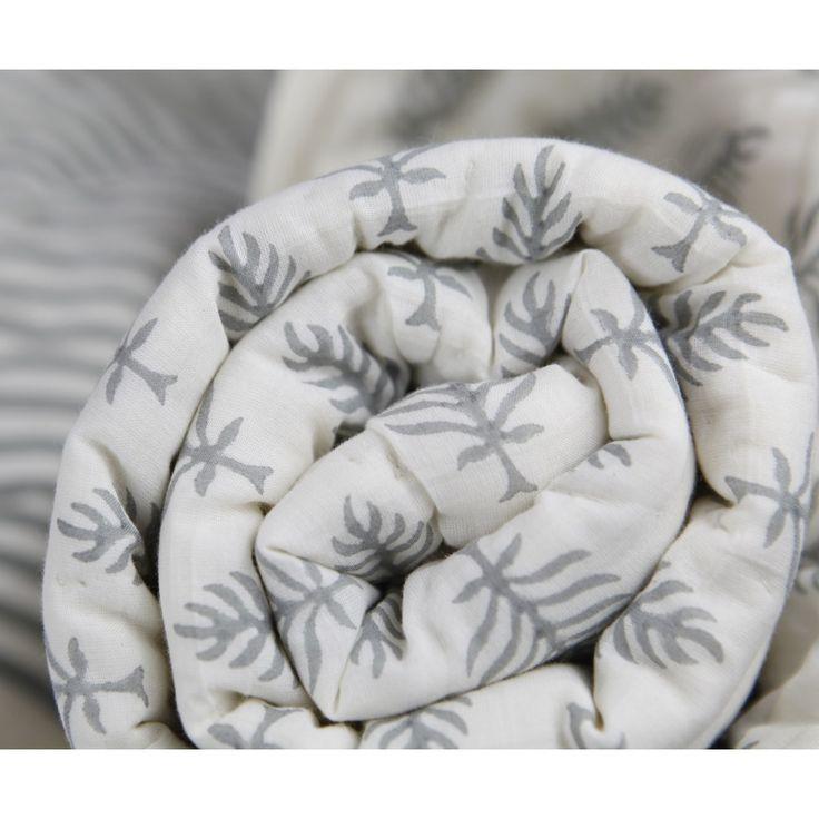 Edredón reversible con diseño de rayas y hojas en tonos grises para cama de niños de 90 hasta 110.Su textura es muy suave al ser 100 % algodón.Producido de forma artesanal con la técnica tradicional llamada hand block print junto a una de las mejores artesanas de la India.