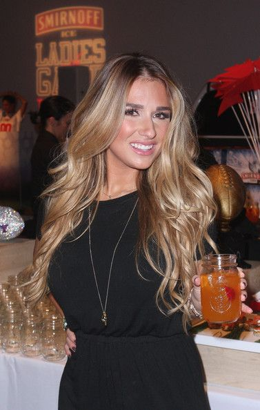 I want my hair like this. so pretty. jessie james decker | Jessie James Decker Singer, TV Personality Jessie James Decker attends ...