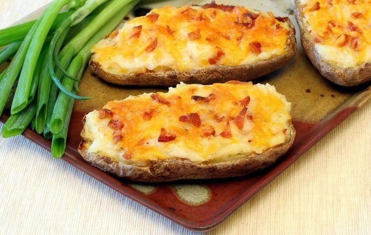 """Простые закуски """"в тарелочке"""", которую можно съесть!   1. Картофель с ветчиной   Ингредиенты:  Картофель — 10 шт. Ветчина — 200 г Твердый сыр — 200 г Майонез — 2 ст. л. Соль, перец — по вкусу  Приготовление:  1. Моем картофель, разрезаем на половинки и отвариваем до готовности, оставляем остывать. 2. Нарезаем небольшими полосками ветчину, смешиваем в миске с тертым сыром и майонезом. Солим и перчим. 3. С помощью ложки убираем часть картофеля из половинок, наполняем их получившейся смесью…"""