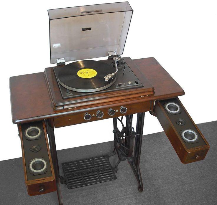 Vitrola  Misturar duas relíquias e transformar em uma peça moderna, pode SIM! O gabinete da máquina de costura encontrou o toca-discos e os auto-falantes para virar uma vitrola hipster!  14-formas-de-usar-a-maquina-de-costura-na-decoracao-da-casa