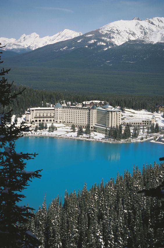 Vue sur l'hôtel Fairmont Château Lake Louise : au milieu de la forêt et des montagnes !