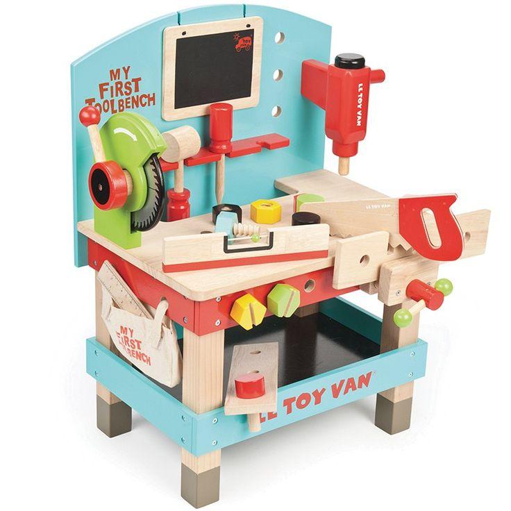 Banco de carpintero de madera con accesorios para jugar a ser un auténtico carpintero. Incluye:  Taladro. Pizarra. Señal de tiza. Destornillador. Sierra giratoria. Sierra de mano. Tornillos giratorios. Bolsa de tela colgada en el lateral para guardar herramientas.   Está pintado en tonos vainilla y menta. Es ideal para fomentar la imaginación de los niños y sus habilidades sociales. Presentado en práctica caja de almacenamiento.