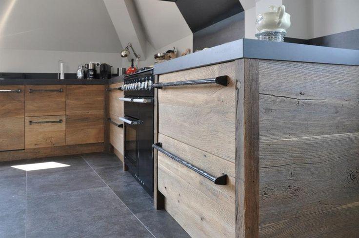 Deze schitterende keuken van RestyleXL is gemaakt van meer dan 150 jaar oud eikenhout uit een burgemeesterswoning in voormalig Joegoslavië.