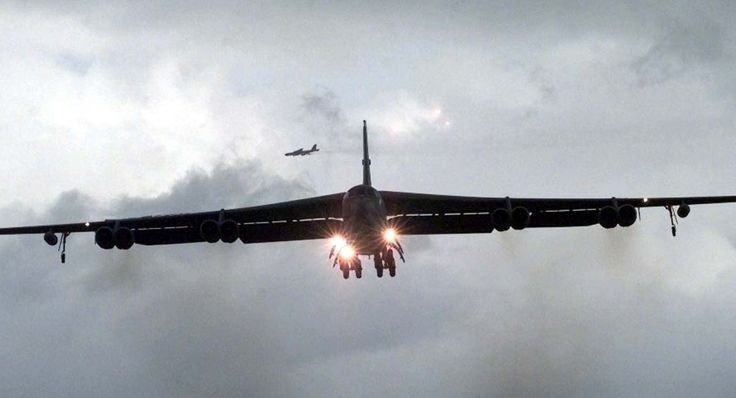 Noticia Final: Bombardeiro B-52 americano perde motor durante voo...