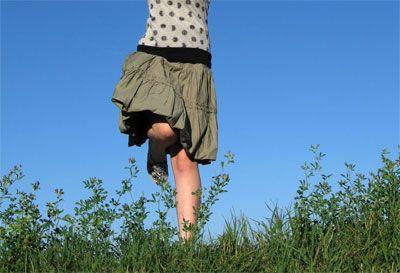Giochi vintage per bambini moderni: saltare l'elastico. Perché immagino (spero) che anche per voi l'elastico fosse il gioco più bello del mondo, da piccoli... io lo adoravo, lo adoravo! Io e mia sorella giocavamo continuamente, ed essendo solo in due, legavamo l'elastico ovunque: agli alberi, alla ringhiera del balcone, alle sedie...  Naturalmente l'elastico era quello bianco, rubato direttamente dal cassetto di mia nonna, ovvero l'elastico biancho dei mutandoni di una vol...