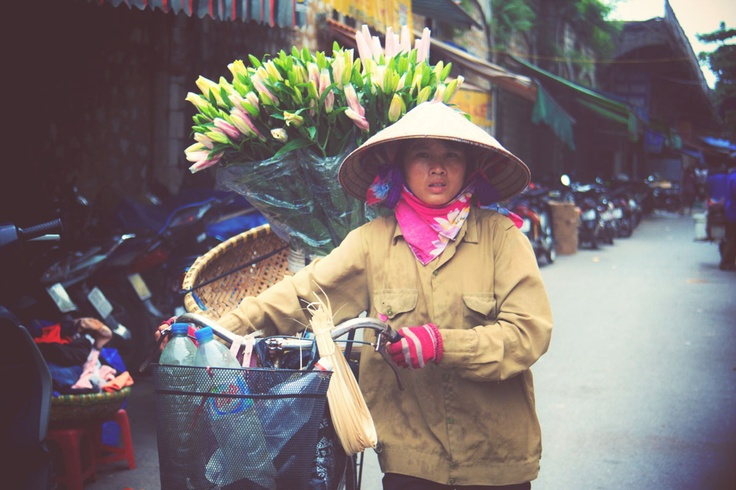 This is how girls sell flowers in Hanoi