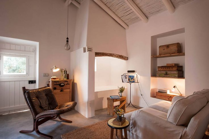 Pensão Agricola : Salas de estar mediterrânicas por atelier Rua - Arquitectos