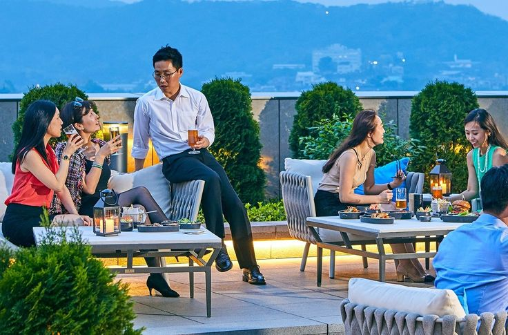 월간 호텔&레스토랑) 포시즌스 호텔 서울이 야외 가든 테라스에서 5월 17일부터 9월 30일까지 비어 앤 버거 프로모션을 진행합니다!  5가지 종류의 버거 메뉴와 함께 수제 맥주를 즐길 수 있으며 매주 수요일부터 토요일까지 15층 가든 테라스에서 저녁 6시부터 10시까지 운영합니다^^  모든 버거 2만 8000원, 수제 맥주 1만 원부터