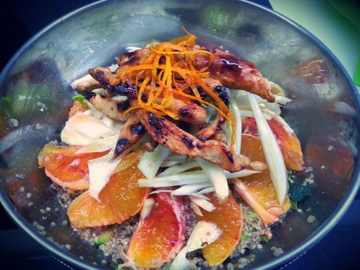 Quinoa! Insalata di quinoa con zucchine alla curcuma e menta, arancia, finocchio e petto di pollo saltato con salsa worcestershire; il tutto condito con emulsione di olio, limone, soia, sale e pepe bianco.