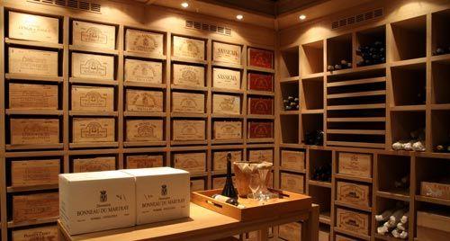 Nos artisans chevronnés donnent vie à tous vos projets de caves et armoires sur-mesure, qu'ils soient traditionnels ou résolument contemporains.