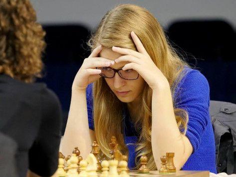 """Η παγκόσμια πρωταθλήτρια μαθήτρια της Β Λυκείου στο σκάκι Τσολακίδου εξηγεί: """"Δεν μπλοφάρω""""   Η παγκόσμια πρωταθλήτρια στο σκάκι Σταυρούλα Τσολακίδου τόνισε ότι δεν μπλοφάρει στις παρτίδες της διότι αγαπά το fair play. Εχει έναν καλό λόγο για να τρώει σοκολάτες και τι άλλο ; Ενα γερό... μαθηματικό μυαλό. Σε συνέντευξή της στην Εφ. Συν η νεαρή Καβαλιώτισσα εξήγησε πώς άρχισε το σκάκι ότι είναι επιθετική παίκτρια και δήλωσε την αγάπη της στα μαύρα πιόνια. Διαβάστε τι αποκάλυψε για την…"""