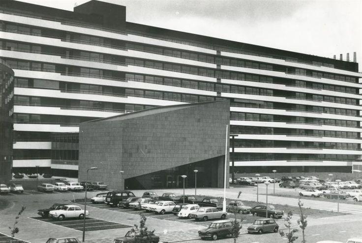 Olivier van Noortlaan. Het Unilevergebouw met parkeerplaatsen