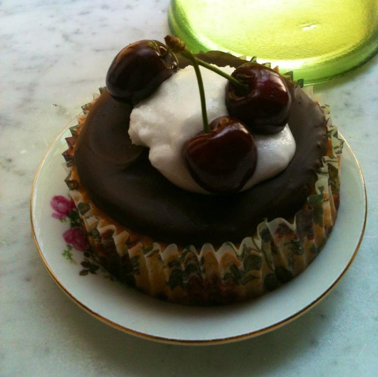 Tortina al burro con copertura al cioccolato, glassa e ciliegia