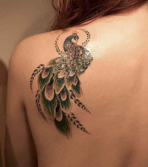 Auf der Schulter einer Frau: Pfau Tattoo