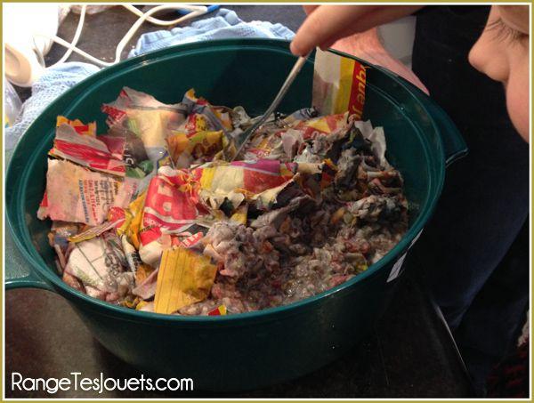 papier-recyclé On découpe le journal en petit morceaux qu'on imbibe d'eau chaude et on laisse tremper pendant 20 à 30 minutes. Après on mixe le tout, doucement pour ne pas faire chauffer le mixeur. On étale la pâte à papier sur un torchon propre, on recouvre d'un deuxième torchon et on passe le rouleau à pâtisserie pour rendre la feuille la plus fine possible. On laisse sécher bien à plat pendant 24h.